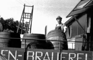 Bierfahrer mit Holzfässer 1973
